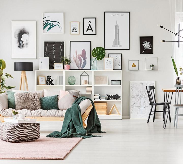 Decorar la pared del salón con fotos y cuadros