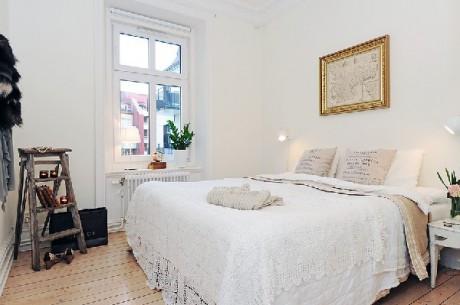 Dormitorio en un apartamento pequeño