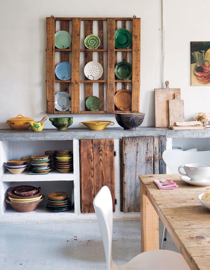 Palets de madera en la cocina como estantes
