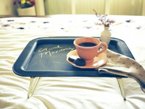 bandeja-de-desayuno-con-pintura-de-pizarra-01