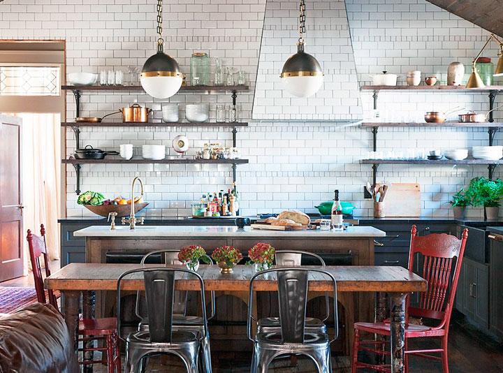 Cocina vintage industrial con estantes abiertos