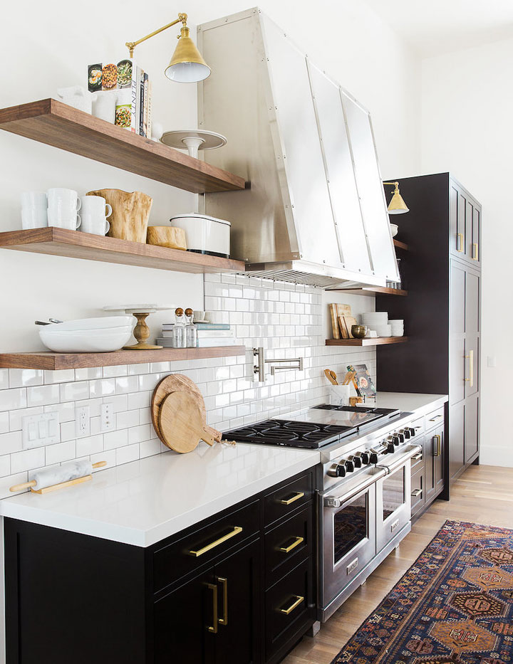 Estanterías abiertas en una cocina minimalista