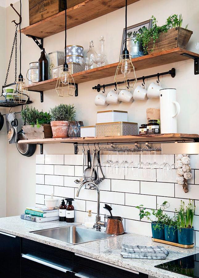 Estantes abiertos en cocina estilo industrial