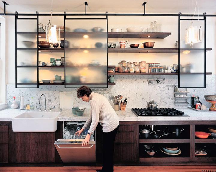 Estantes abiertos correderos en cocinas pequeñas