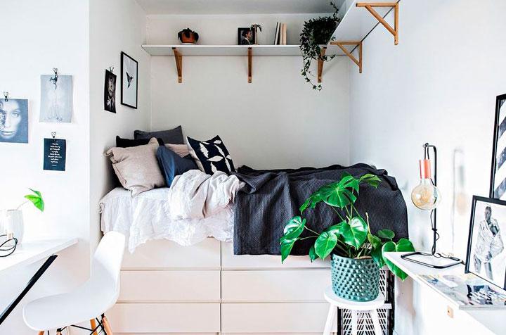 Almacenar bajo la cama en un dormitorio estrecho