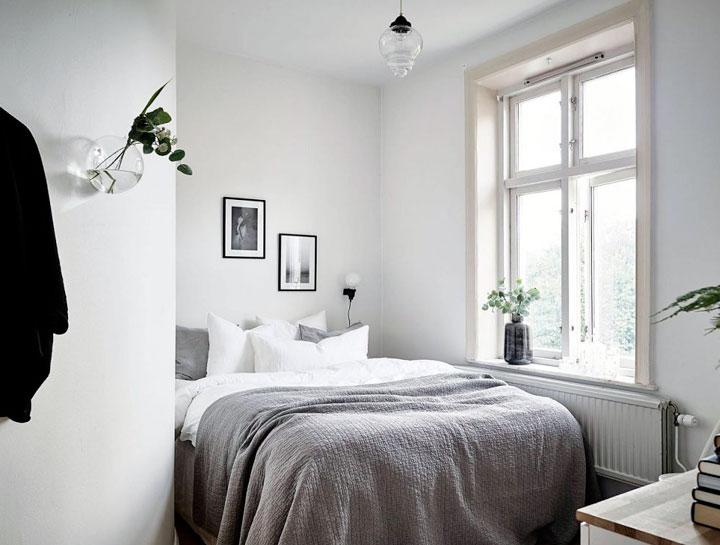 Cama grande en un dormitorio pequeño