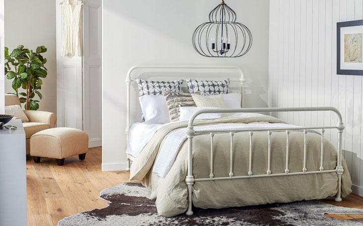 Cómo colocar la cama en un dormitorio pequeño
