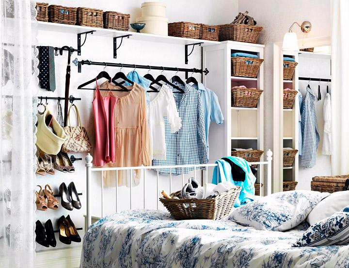 Habitación pequeña con un armario abierto en la pared