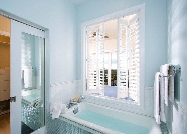 Combinar azul cielo en el baño con armario de espejo