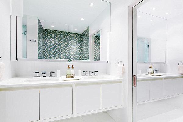 Armario de espejos en el cuarto de baño