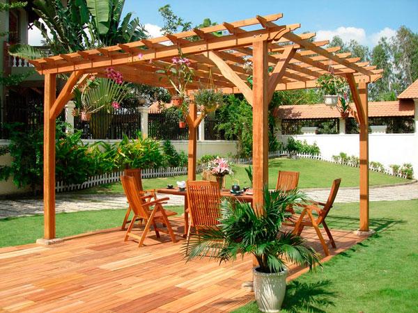 Pérgolas de madera en el jardín de casa