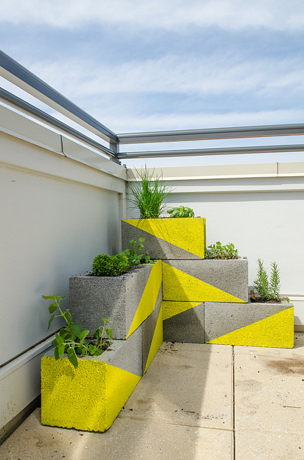 bloques de hormigón pintados de amarillo