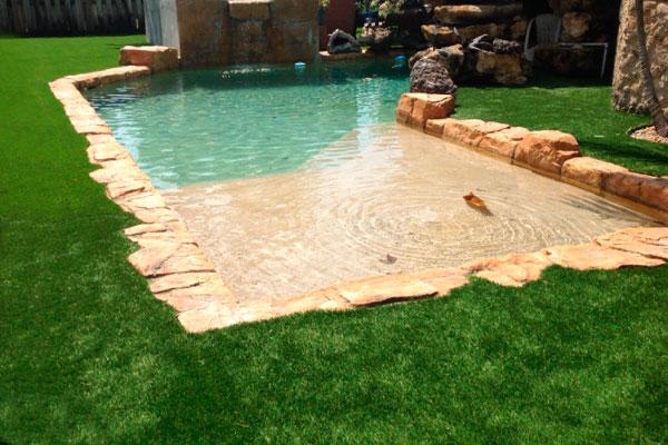 instalacin de cesped artificial en la piscina