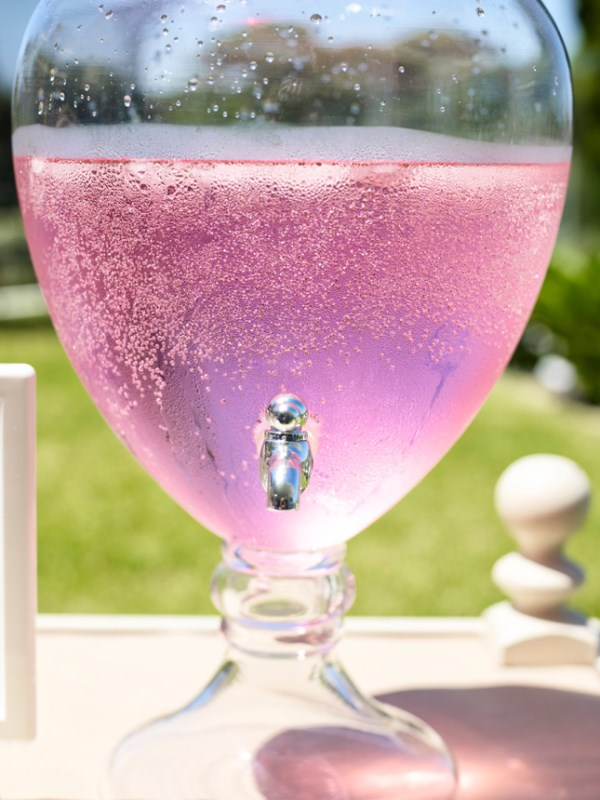 Bebida rosacea para fiestas