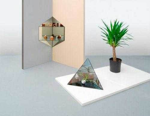 Plantas tropicales, espejos y formas triangulares