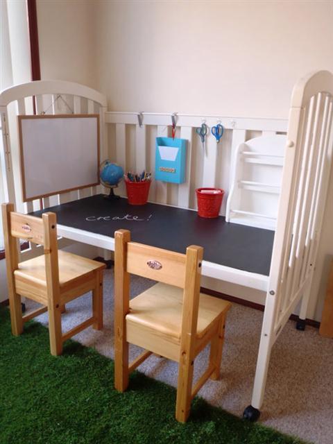 Reutilizar una cuna como escritorio para niños