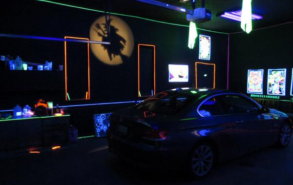 Sala de fiestas en un garaje con luces de halloween