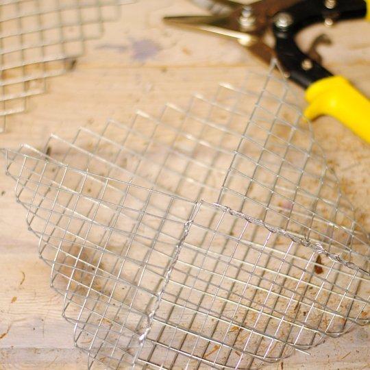 Unir con alambre el macetero de las suculentas