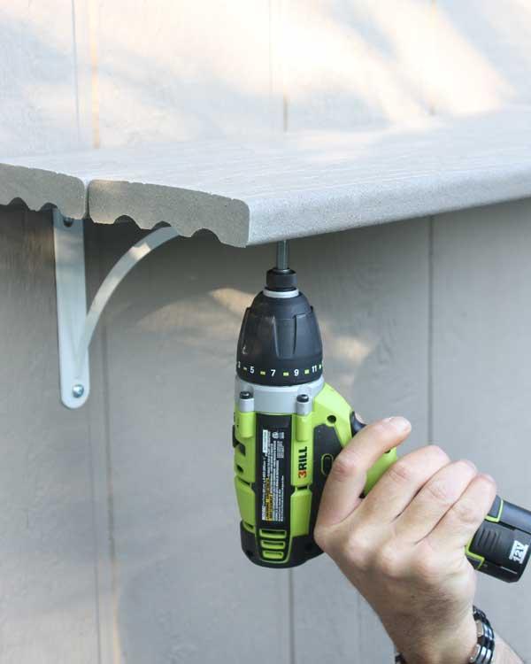 Unir la barar de madera a la pared