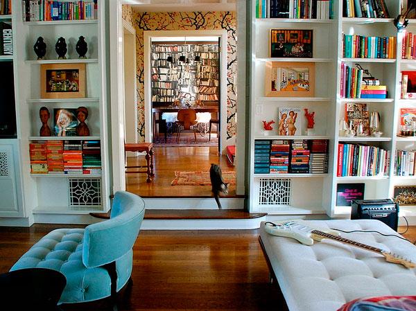 Añadir color a la decoración con libros