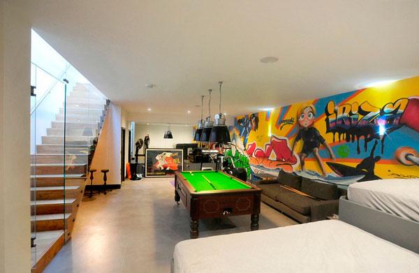 Sala de billar con graffitis