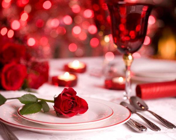 Cómo decorar la mesa para una cena romántica