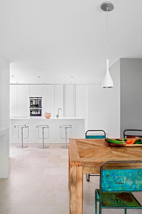 Cocina con mesa rústica contemporanea