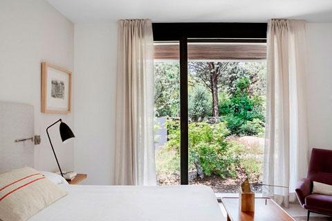 Dormitorio moderno con salida al jardin