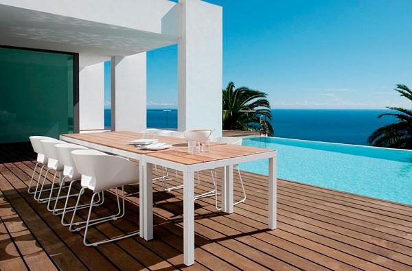 Preciosa terraza en frente de la piscina