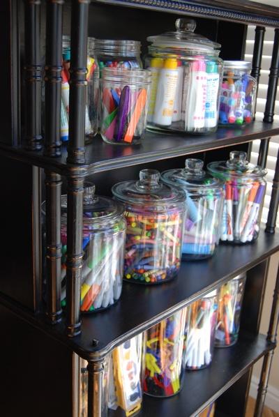 organizar los lápices de colores en tarros de cristal