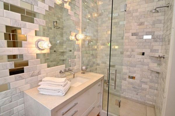 Cuanto de baño con plato de ducha y azulejos en blanco