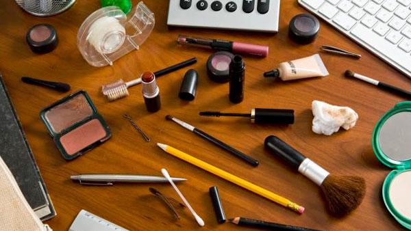 Deshacerse de maquillaje antiguo para ordenar la casa