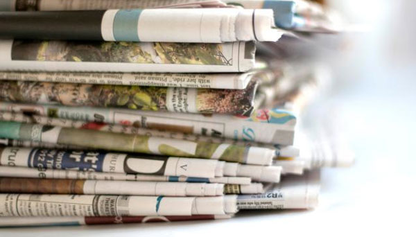 Tirar los periódicos antiguos almacenados
