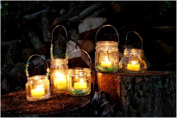 Bonito conjunto de velas en botes de cristal por la noche