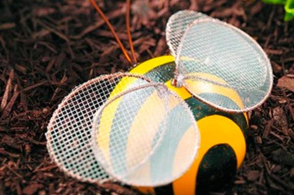 Convierte una bola de bolos en una abeja reciclada