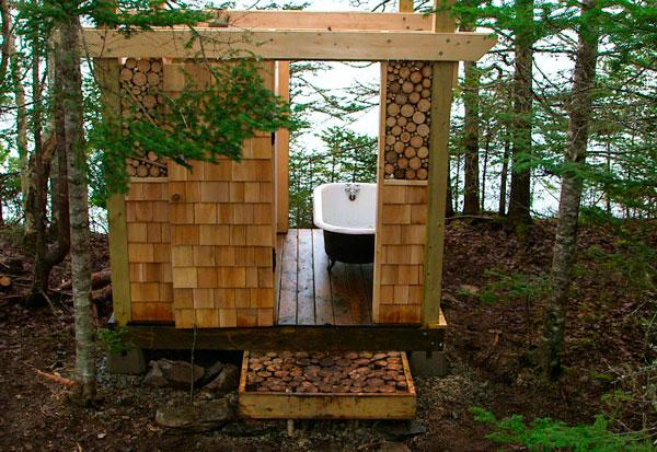 Bañera con ducha de madera en el bosque