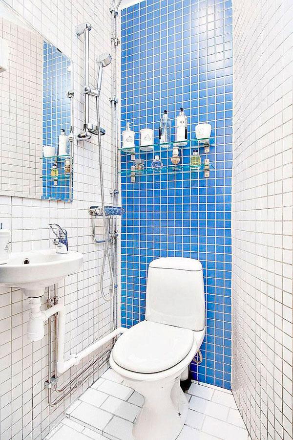 Pequeño baño azul en un apartamento de 20 metros cuaddrados