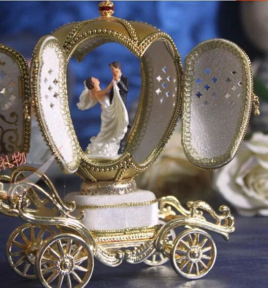 Caja de música con bailarina en forma de carroza de cuento
