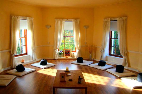 Salas de luz natural para meditación
