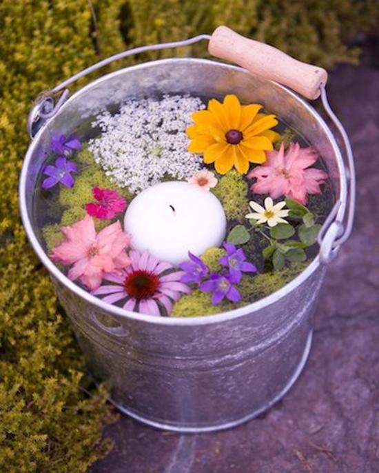 Ide genial con un cubo y flores para una boda