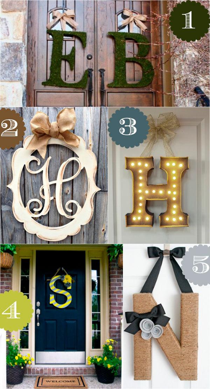Decorar puertas con letras de madera o musgo