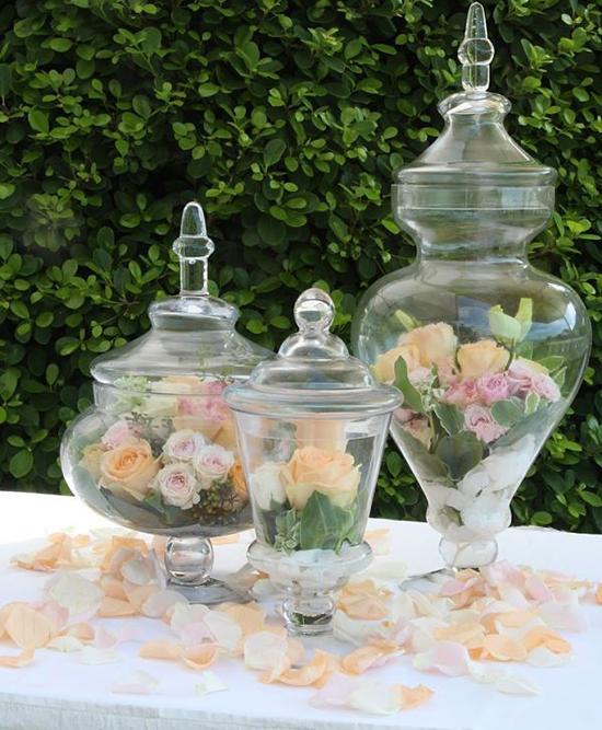 Decoración de bodas en primavera con jarrones de rosas