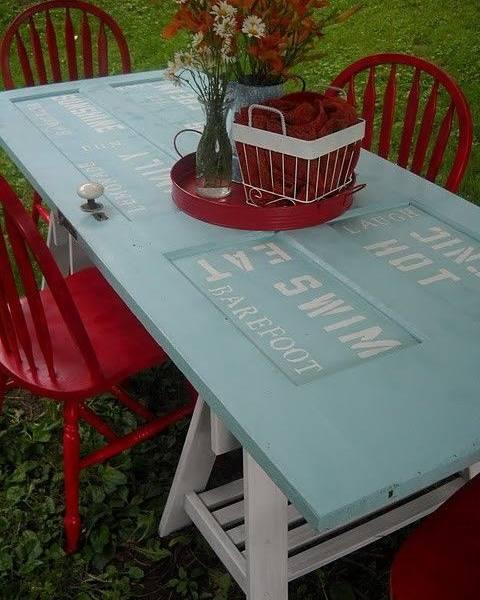Mesa vintage reciclada de una puerta