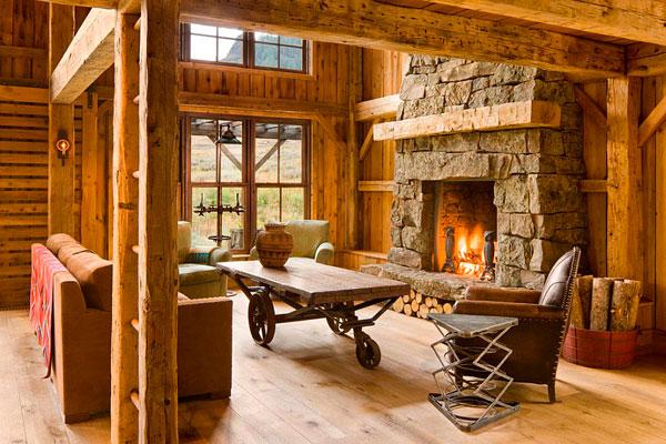 Sala de estar rústica con mesa antigua