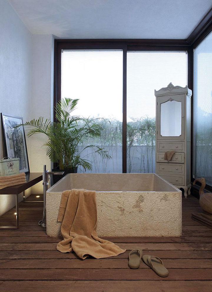 Bañera de cemento sin azulejos