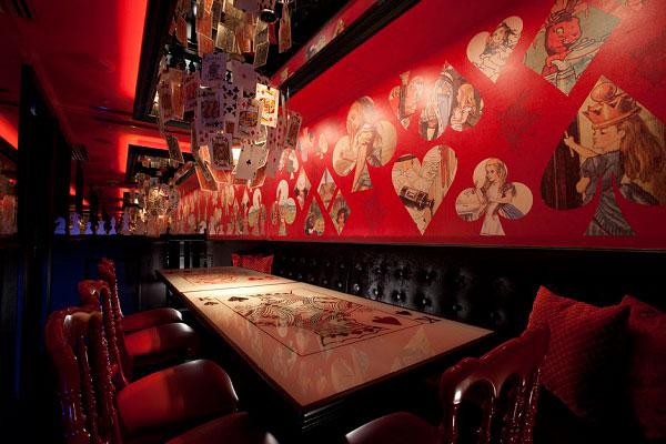 Homenaje a la Reina de Corazones del Restaurante Alicia en el país de las maravillas