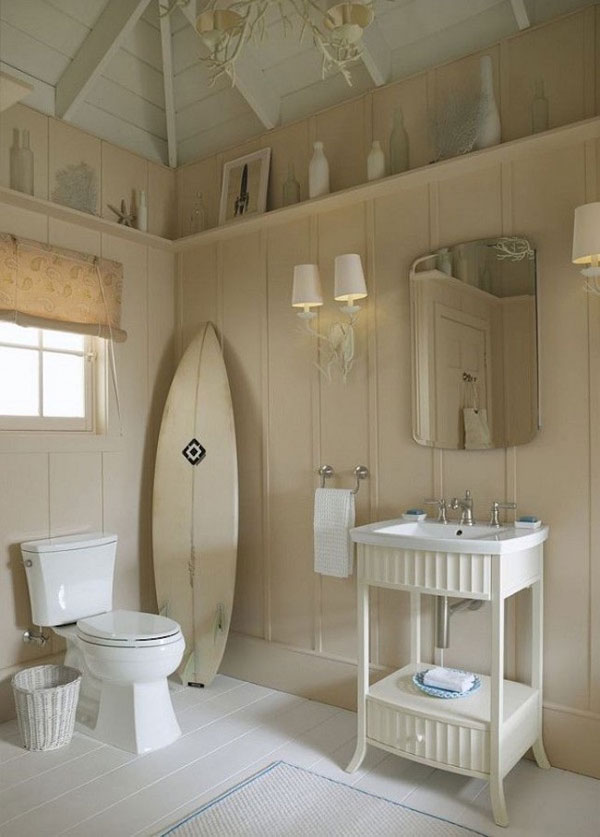 Una tabla de surf decorando el cuarto de baño
