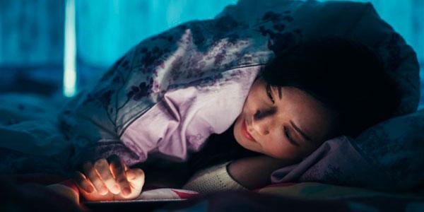 Usar el móvil en la cama perjudica el sueño