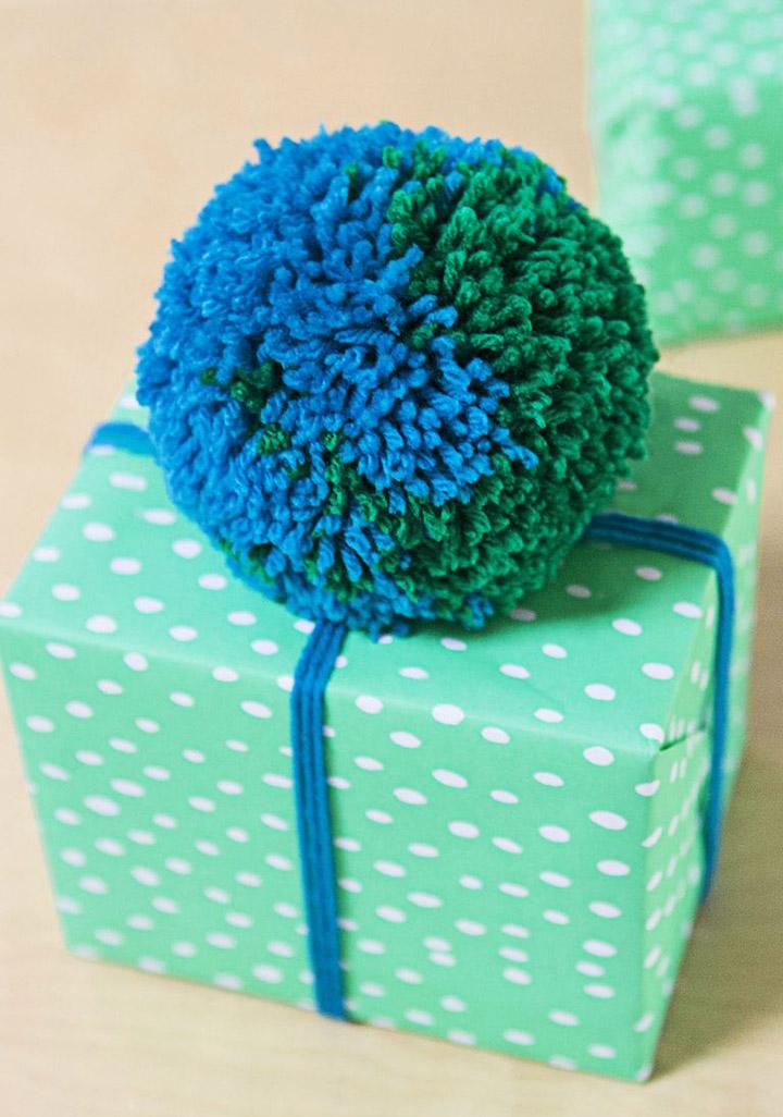 Decorar regalo de Navidad decorado con un pompón