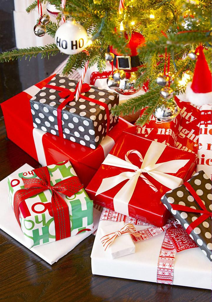 Envolver cajas de regalos de Navidad